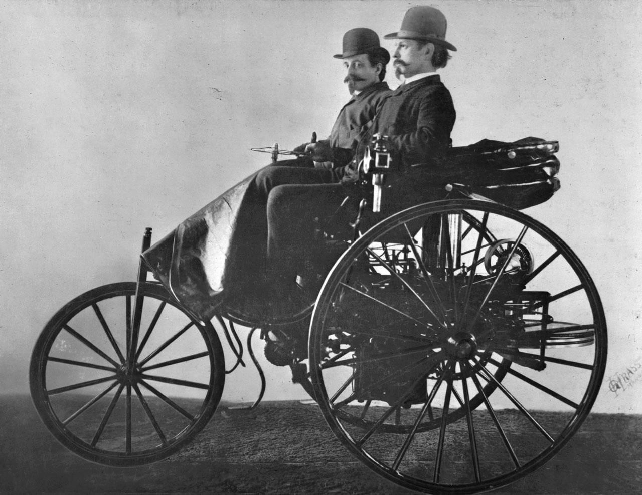 Karl Benz y un amigo, en su modelo III. No son hipsters, son personas.