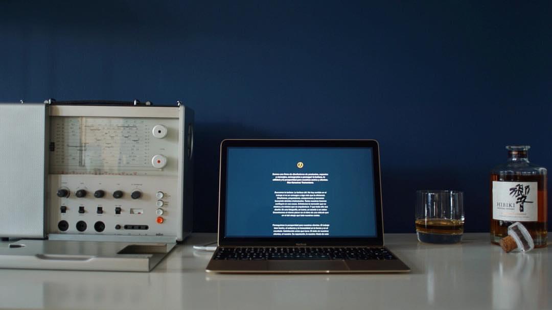 En esa Braun T1000 y en ese MacBook hay tanta Debita Proportio que cuando lo pienso me tengo que tomar un Hibiki.