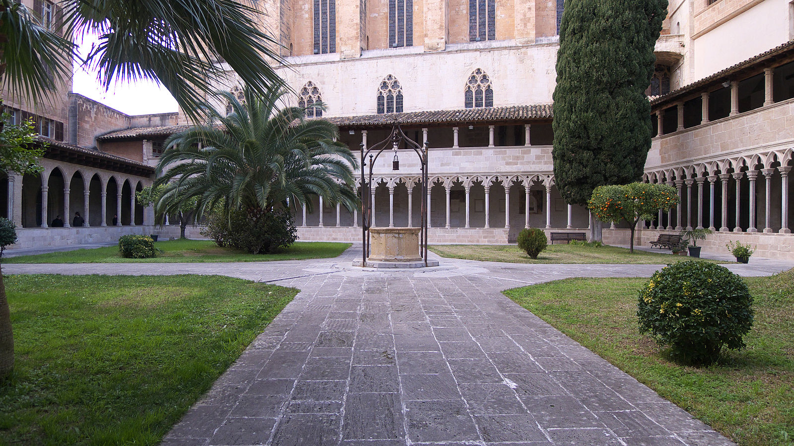 """Este es el claustro del convento de Sant Francesc. Ahí en la parte del ciprés, tercer piso, andábamos los """"pensionistas""""."""