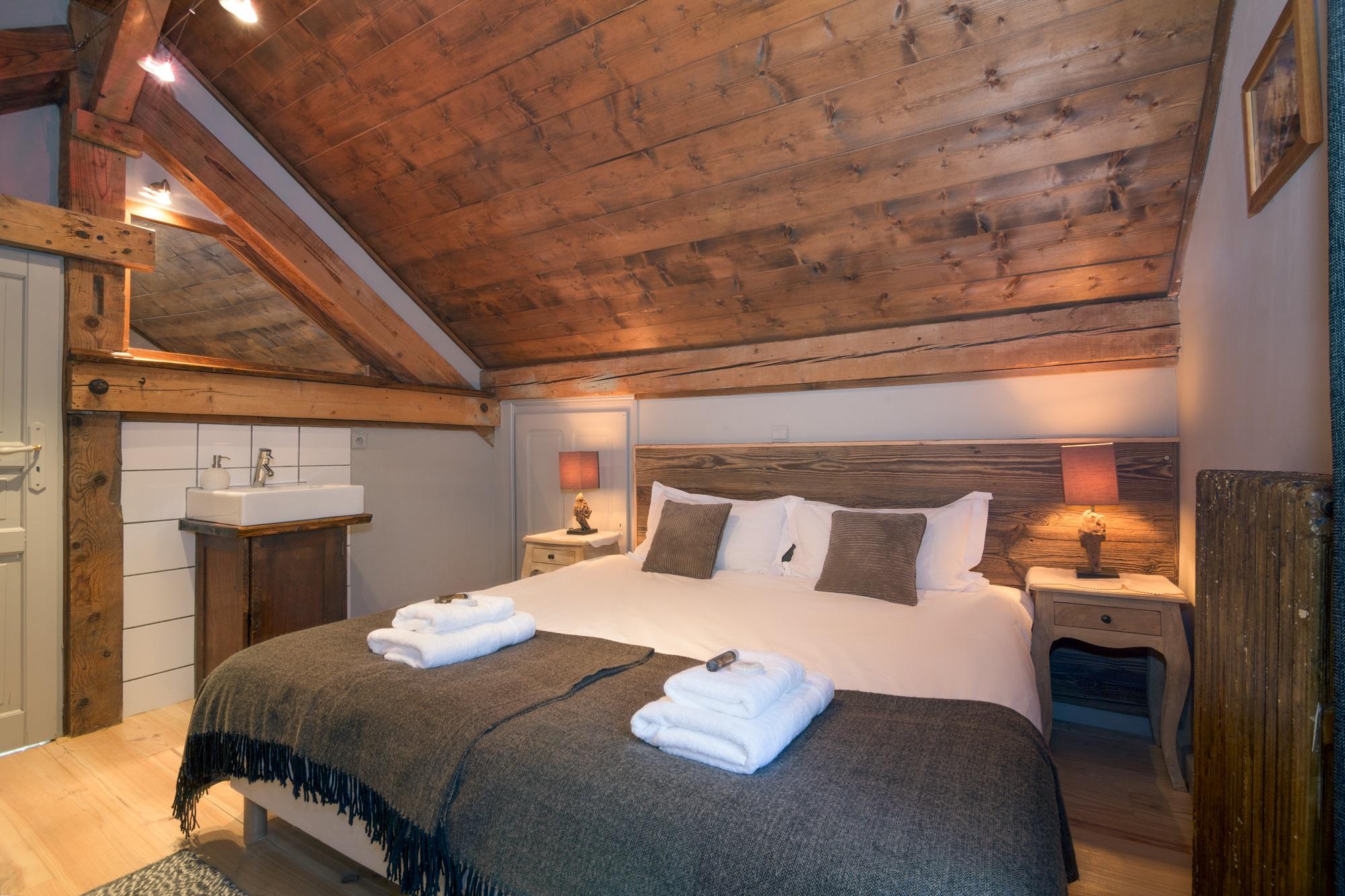 R6 bedroom.jpg