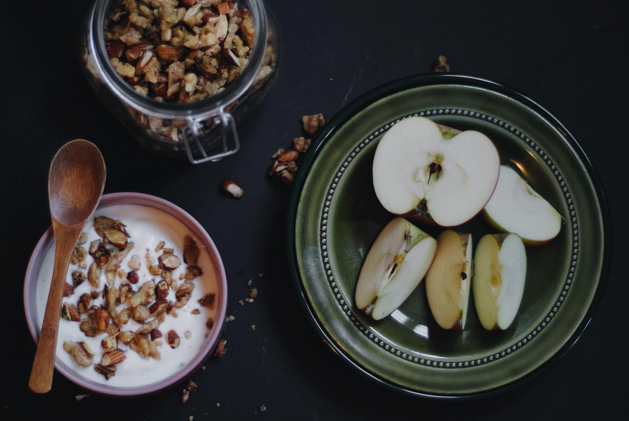 Et fullverdig måltid . Nøtteblanding med yoghurt og eple.