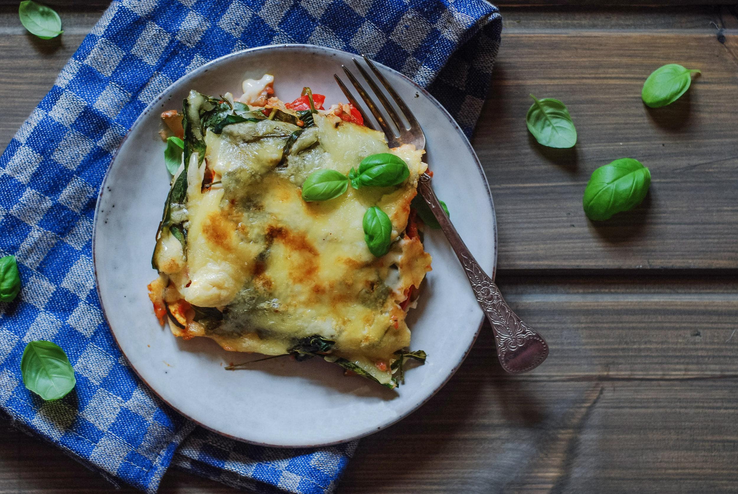 Servering.  Spis lasagnen som den er, eller med godt tilbehør.