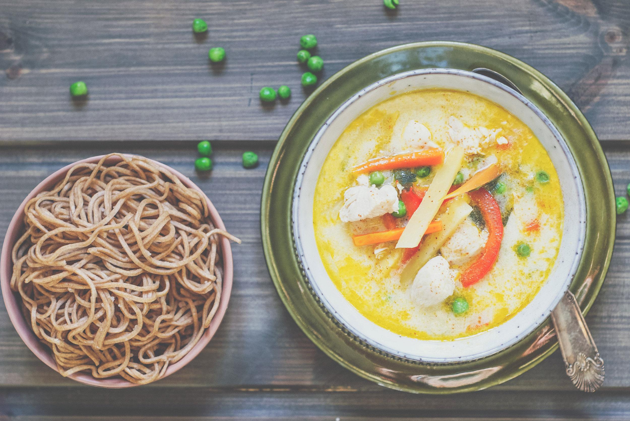 Mat som varmer og metter.  God og mettende kyllingsuppe med fullkornsnudler.