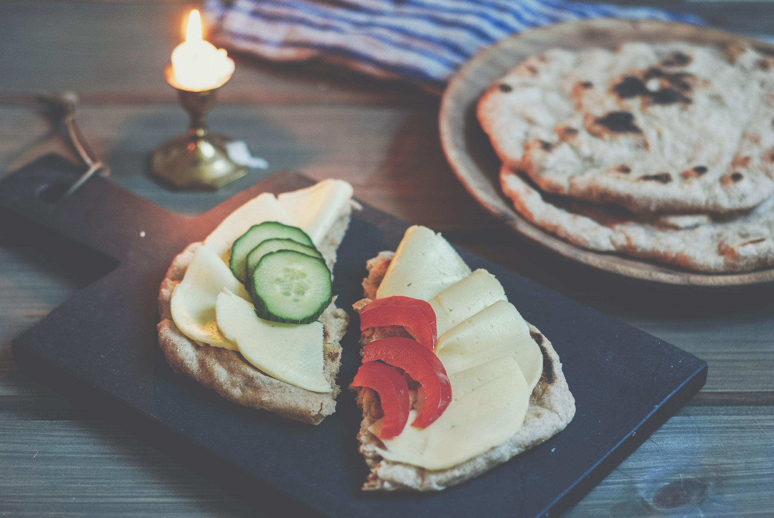 Pannebrød  med ost, agurk og paprika. Luftig, godt og uten skorpe.