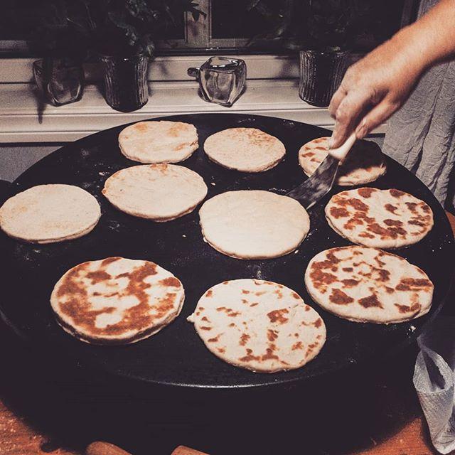Man sier ikke nei når mamma inviterer på baking av tjukklefser 😀😍 #lefse #tjukklefse #julebakst #tradisjonsmat #takkebakst #meloveralt #snadder