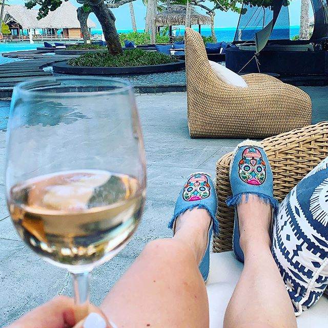 Couldn't ask for a better way to spend the 4th than in Bora Bora! 🏝🇺🇸🌹🍷@jujutehshoes #borabora #4thofjuly #roséseason