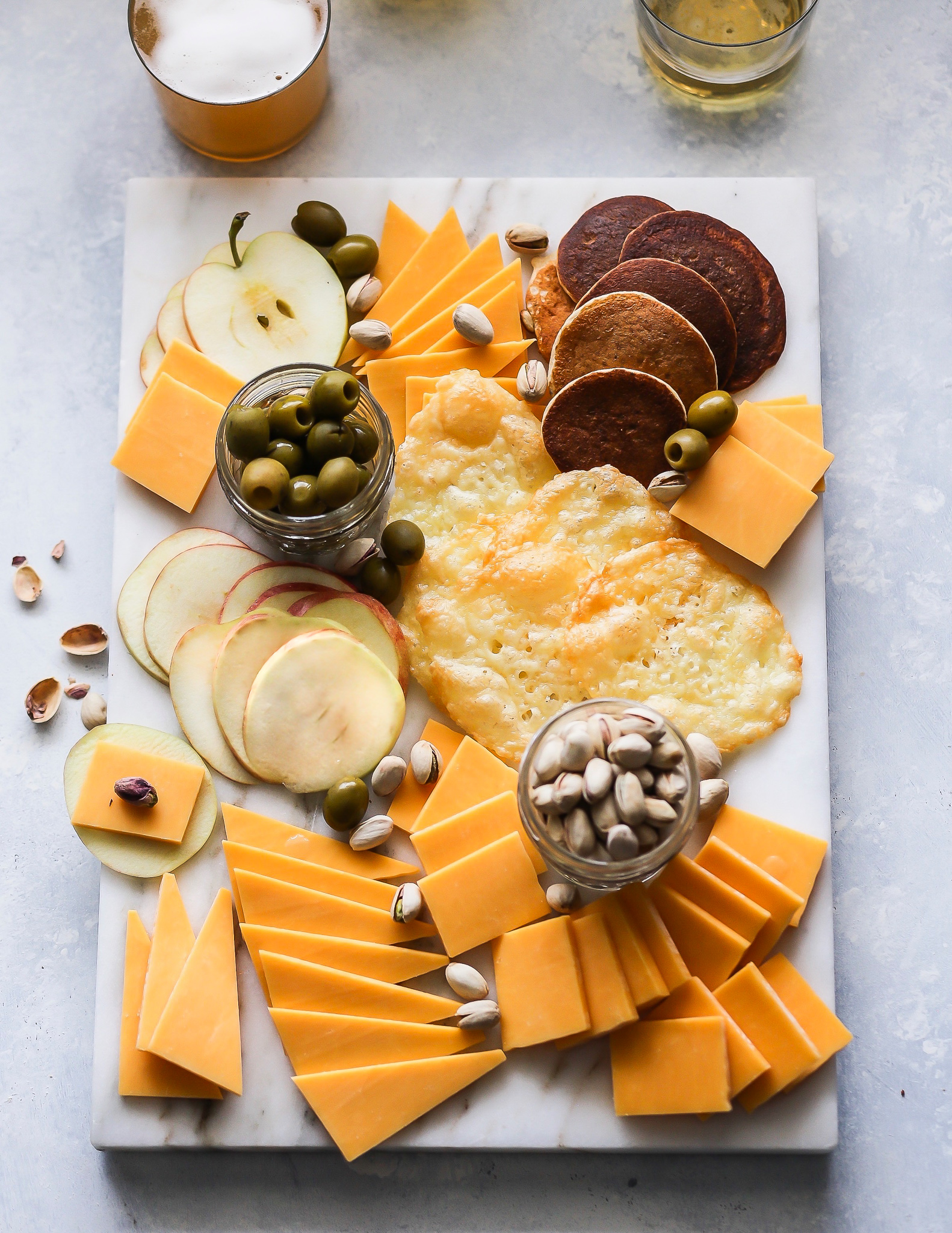 Craft Beer + Cheddar Pairing Tips | Set the Table #cheeseboard #tillamook #cheddar #nationalcheddarday #craftbeer