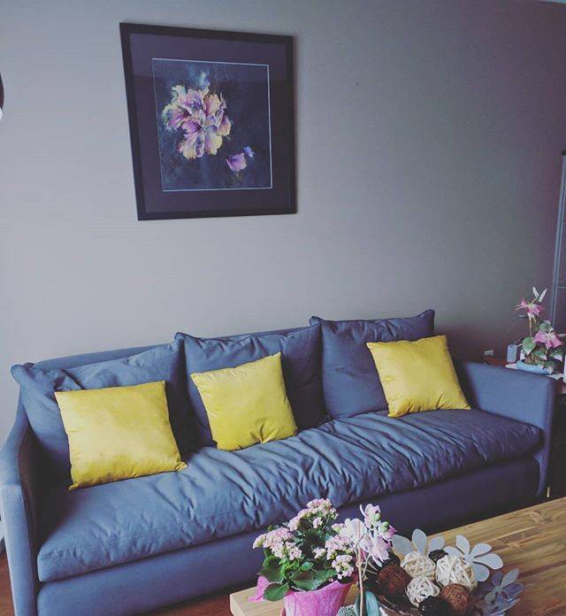 It's the best feeling to see my artwork in it's new home. This here is 'Blue Hibiscus', fitting right in to this cozy room. . . . . . . . . #art #artist #flowerart #homedecor #interiordecor