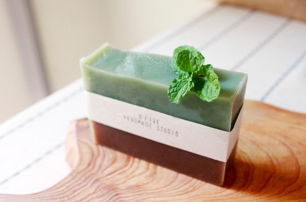 小家有愛用簡單的植物氣味與想像,設計出一款夏季限定的肥皂—涼涼夏風。像是被手指搓揉出植物裡的薄荷涼香,再從經過一早上日照充足的茶樹上採集了小小清新,一起調入在微涼的手工皂裡頭;洗感清爽不黏人,絕對是夏日熱季裡的沐浴好涼伴!也是熱天裡的消暑小物!