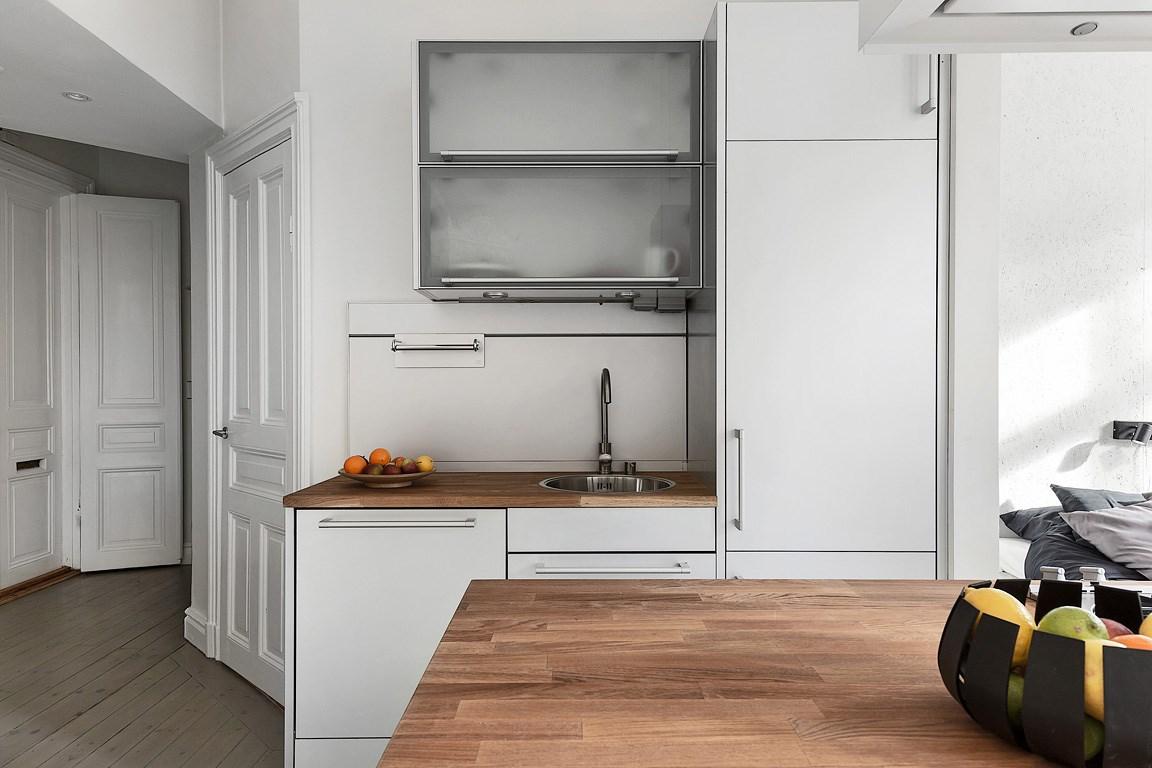 Bucătărie în mijlocul unei garsoniere și dormitor separat printr-un perete de sticlă  6.jpeg