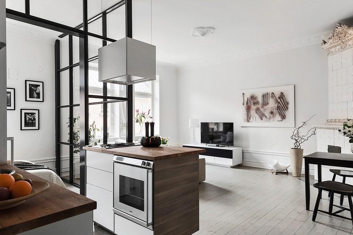 Bucătărie în mijlocul unei garsoniere și dormitor separat printr-un perete de sticlă  2.jpeg