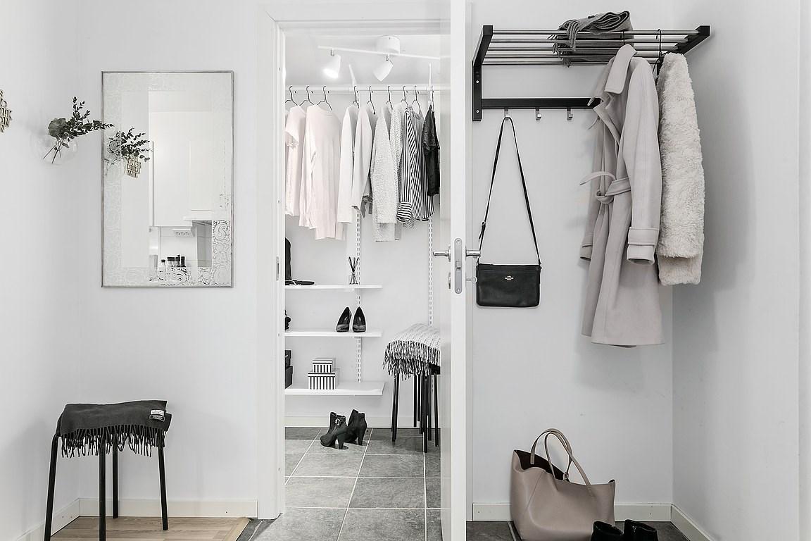 Alb cu accente de gri și o amenajare practică într-o garsonieră de 44 m² 16.jpeg
