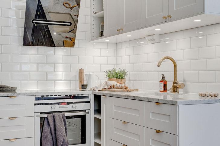 Dormitor deasupra bucătăriei într-o garsonieră de 25 m² 2.jpeg