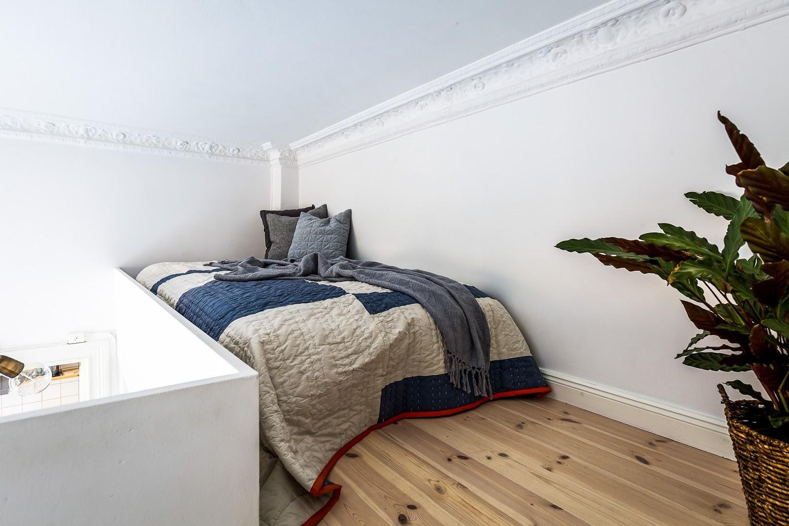 Dormitor deasupra dulapului într-o garsonieră de numai 21 m² 6.jpeg