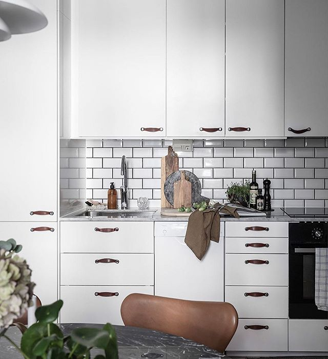 При помощи дизайна, некоторым, важно сделать интерьер не только стильным, но и функциональным, например,как представленная кухня. Она выполнена из МДФ+эмаль, а это значит, что надежная защита от влаги и повышенной температуры гарантирована. ⠀ ⠀ ⠀ А вам нравятся функциональные кухни или предпочитаете минимализм? ⠀ 💻Для расчета стоимости изделий по вашим размерам: ☎+7 (495) 774-34-02 📩info@arthunter.ru 📍Духовской пер. 17, стр.10, лофт Arthunter