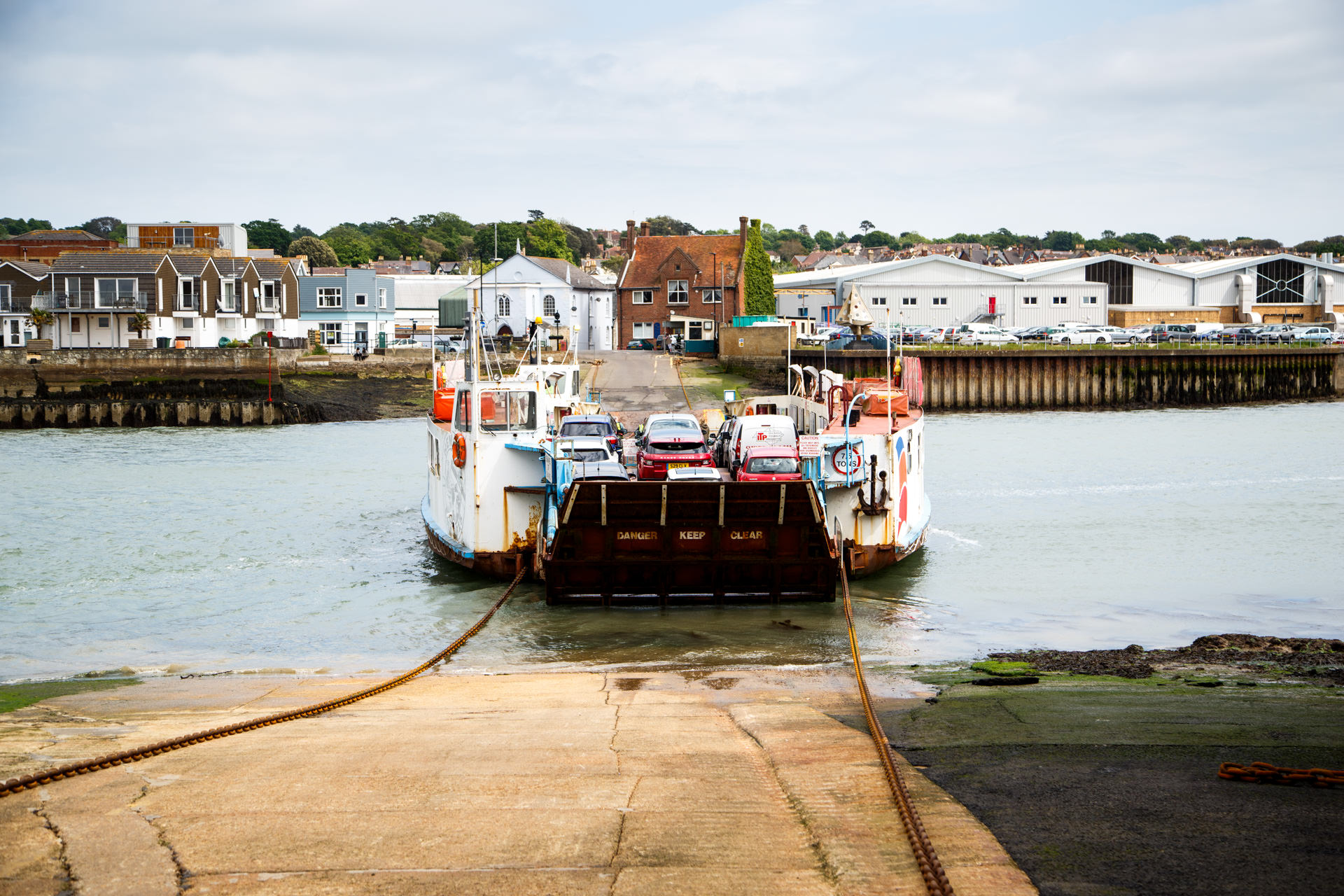 A chain ferry runs between West and East Cowes.