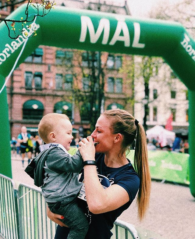 Når mamma løper 1 mil for første gang siden graviditeten er det kjekt med heiagjeng🖤🙌🏼 #Sentrumsløpet #Mammalivet