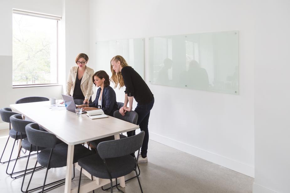 powerful-business-women-in-meeting_925x.jpg