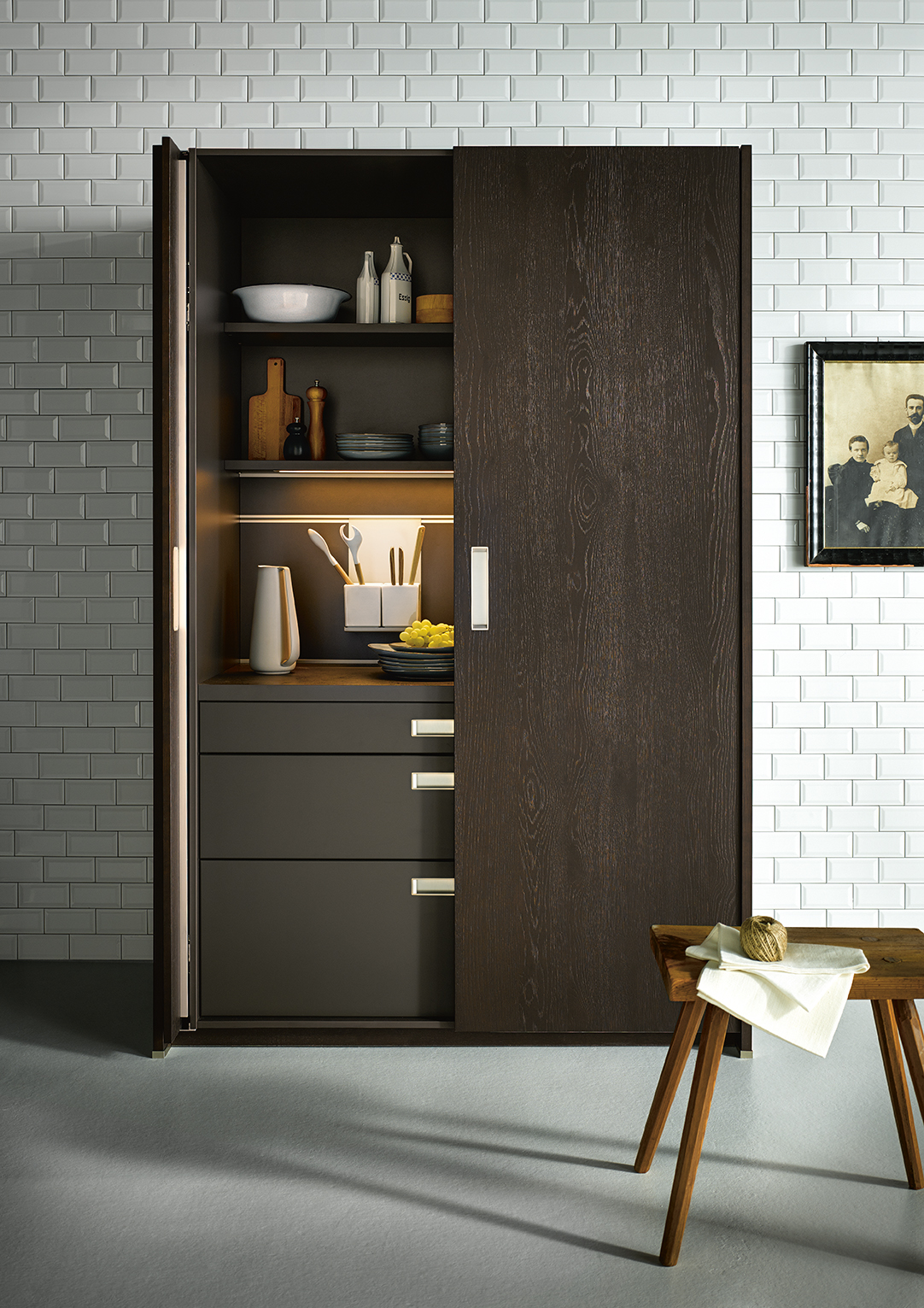 - Lynne tells us that a key trend in design is the creation of a less cluttered look, echoing the storage solutions which allow for items to be stowed away out of sight and reducing the number of wall cabinets overhead. This creates space to incorporate artwork, lighting, and tiling which enhances the view back to the kitchen in an open plan configuration.