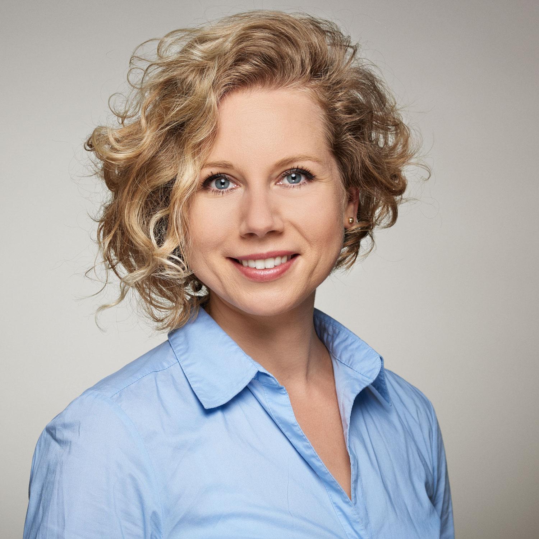 Bewerbungsfoto-Studentin-Kroulikova-Wien-junge Frau-blonde Haare-Portrait.jpg