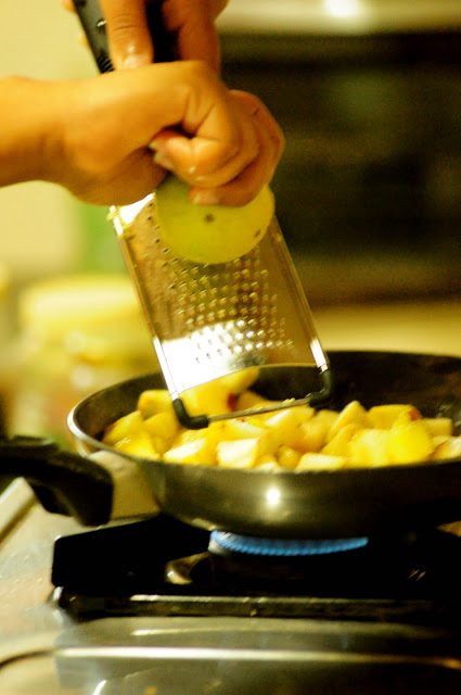 3. Zest some lemon and sprinkle some cinammon powder. Cook the apples till they are brown.