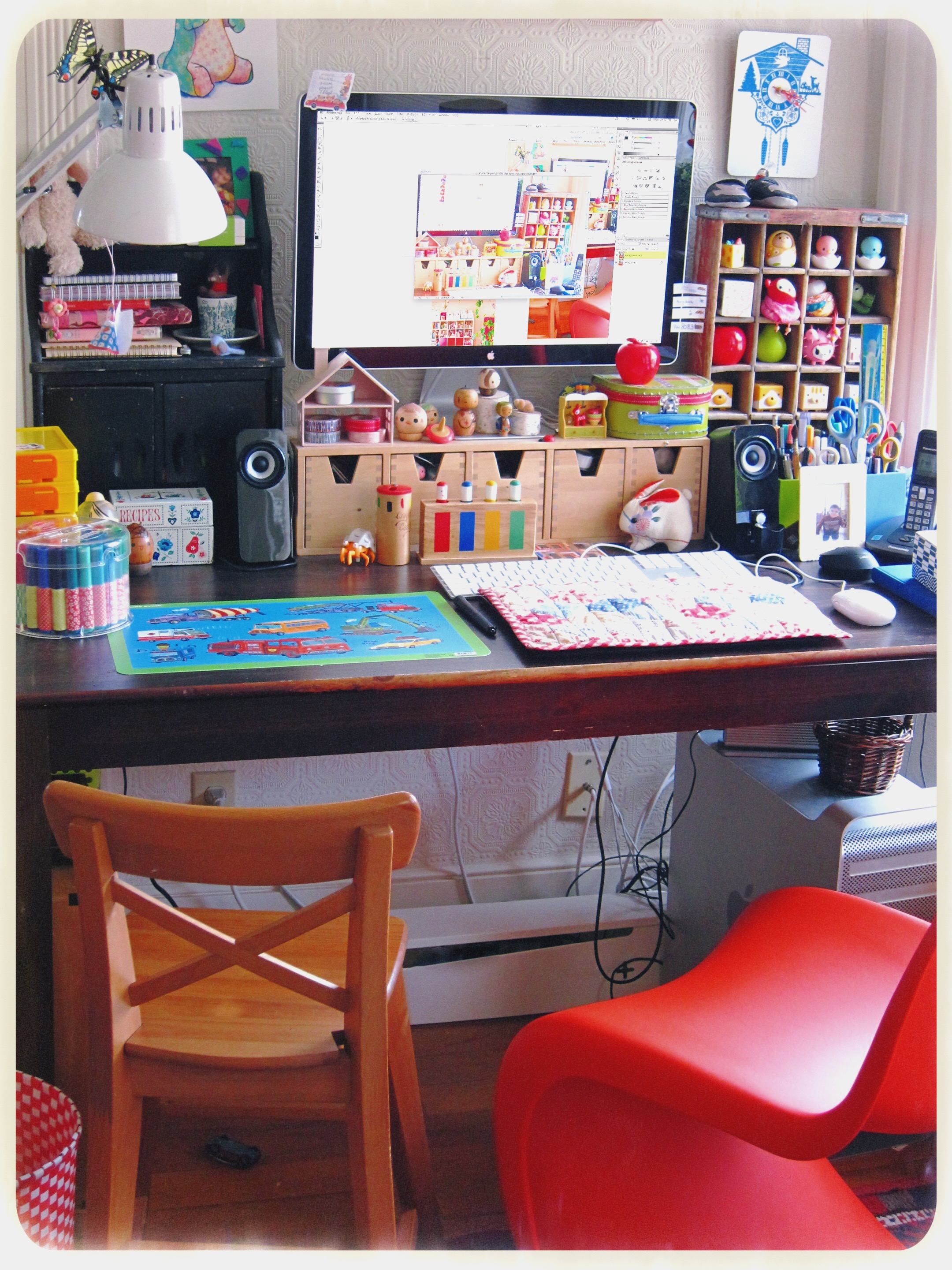 I have a kitchen table as a desk so there's room enough for me and my son. Note the high chair, and the tiny quilt to protect my Wacom tablet! This table has seen it all : from the first crayons to the first lego, and homework still.