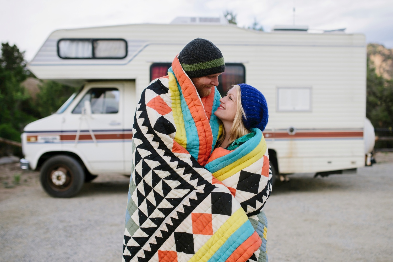 Love the colors of this blanket and the RV in the background! This is a great adventure engagement shoot by Maddie Mae Photography