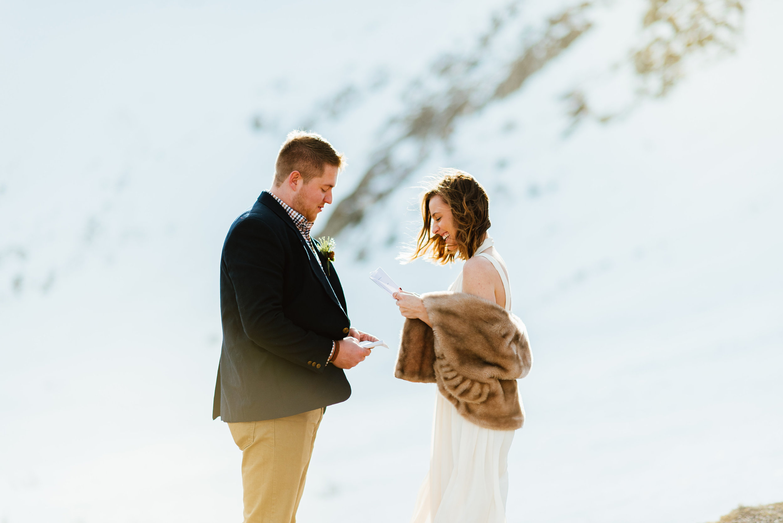 I absolutely love the idea of an outdoor sunrise wedding in the mountains. Such an intimate and beautiful elopement in Idaho Springs, Colorado.| Intimate mountain wedding photos by outdoor elopement photographer, Maddie Mae.