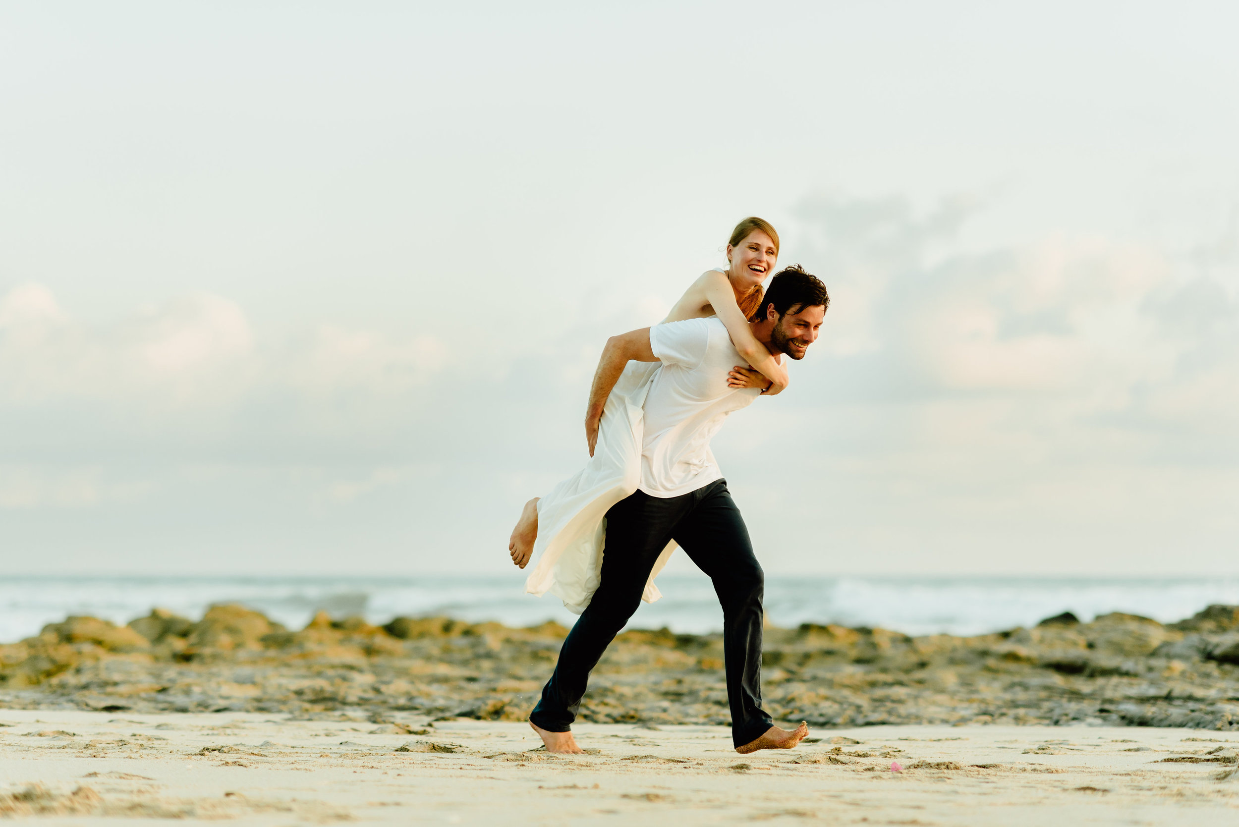 I love these romantic wedding picture poses! I totally want to get married on Santa Teresa Beach in Costa rica!  Intimate wedding photography by Costa Rica destination wedding photographer, Maddie Mae.