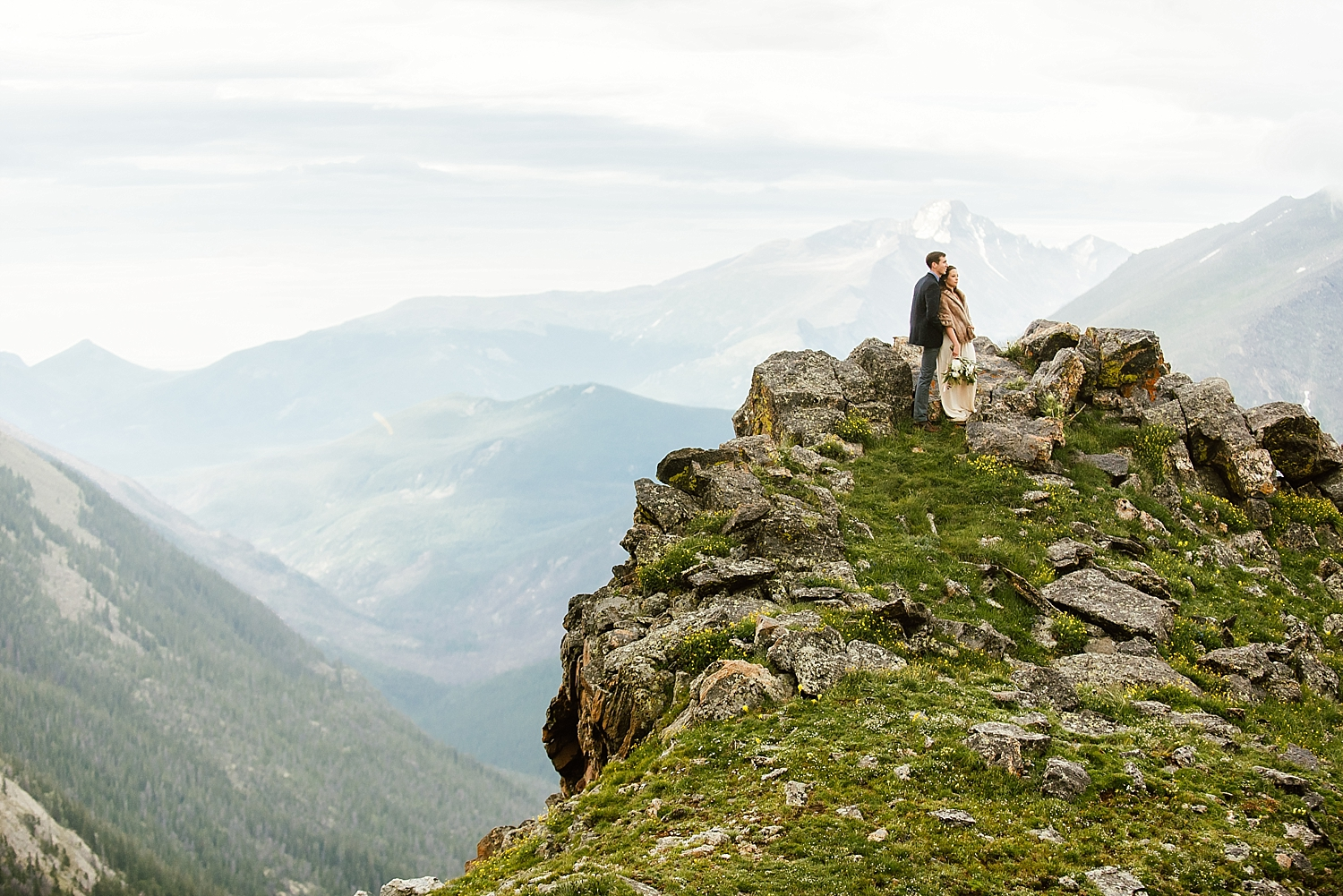 I can't believe my eyes when I see this amazing Colorado cliffside wedding! This ceremony location in Rocky Mountain national park is the perfect RMNP elopement location. Jessica and Edward picked such an amazing elopement location! | RMNP elopement photos by Estes Park wedding photographer, Maddie Mae.