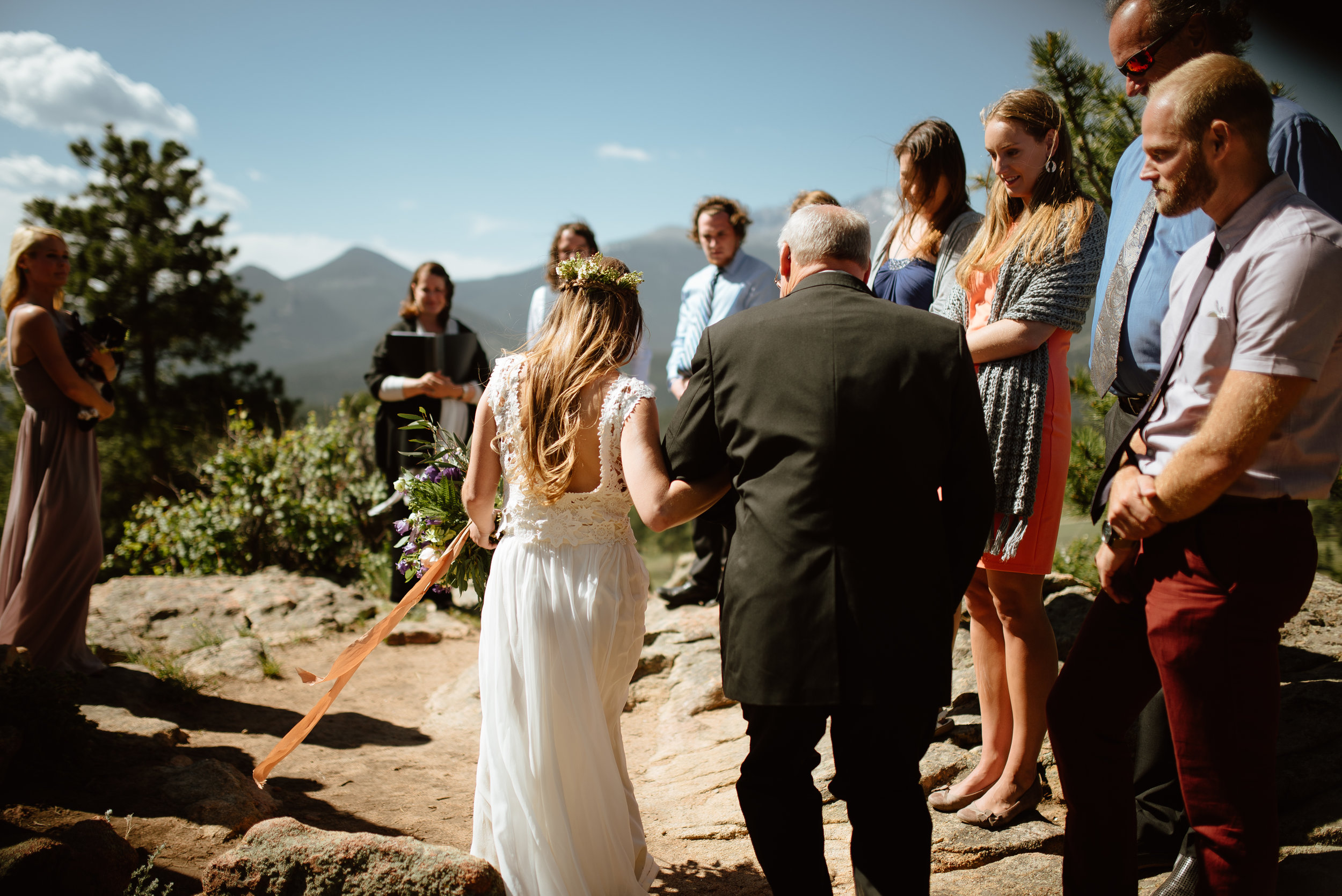 I love this beautiful wedding ceremony in the Rocky Mountains! 3m curve in Rocky Mountain National Park is the perfect wedding location for a small elopement ceremony. Such a gorgeous mountain wedding! | Adventure elopement photos by Colorado wedding photographer, Maddie Mae.