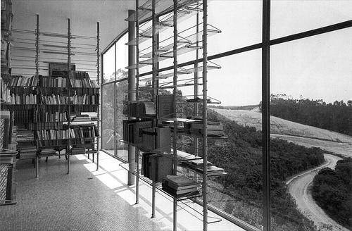 Foto de Archivo. Interior Casa de Vidro deLina Bo Bardi en pleno barrio de Morumbi.