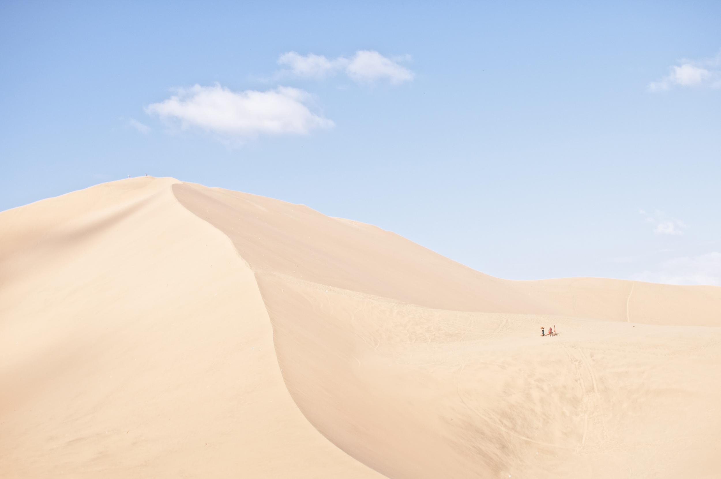 Un poco de adrenalina, por favor   Mucho que hacer en la laguna de Huacachina, el oasis más conocido de Perú.   IR