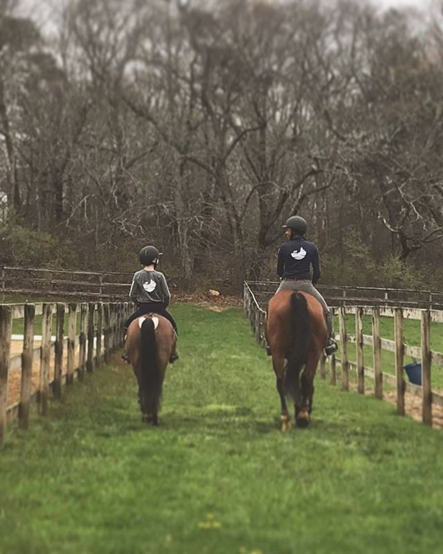 #twinning riding outfits from the girls at @arrowheadfarm 🤗♥️ . . . #thevineyardequestrian #marthasvineyard #marthasvineyardlife #marthasvineyardlifestyle #rootd #equestriangear #barnlifeisthebestlife #newenglandlife #equestrian #equestrianstyle #equestrianlife #equestrianfashion #barndays #equestrianlifestyle #horselife #ponylife