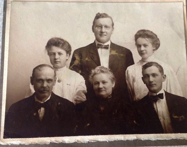 Seated: Sam, Mary (Minnie), ?; Standing: Merle, Ray & Della MacIntosh