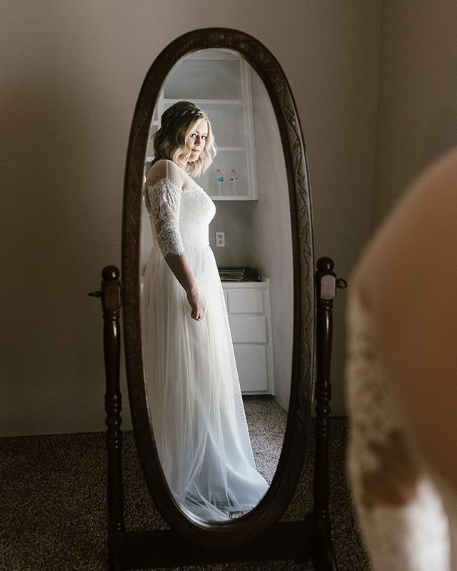 I can't explain how happy I was when I saw the mirror @emma_herring32 brought for getting ready. Simple, real moments like these are some of the best of the entire wedding day.