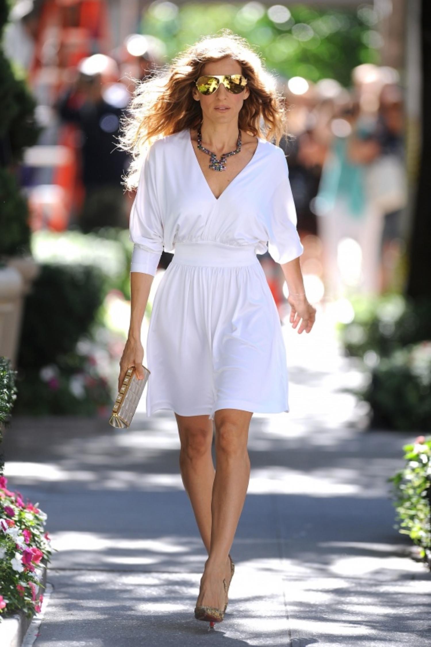 Sarah Jessica Parker 在 SATC 2 , 簡單的白裙子配上Mirrored Sunglasses , 不僅時尚感100分, Deborah 覺得看起來更是氣勢十足啊!