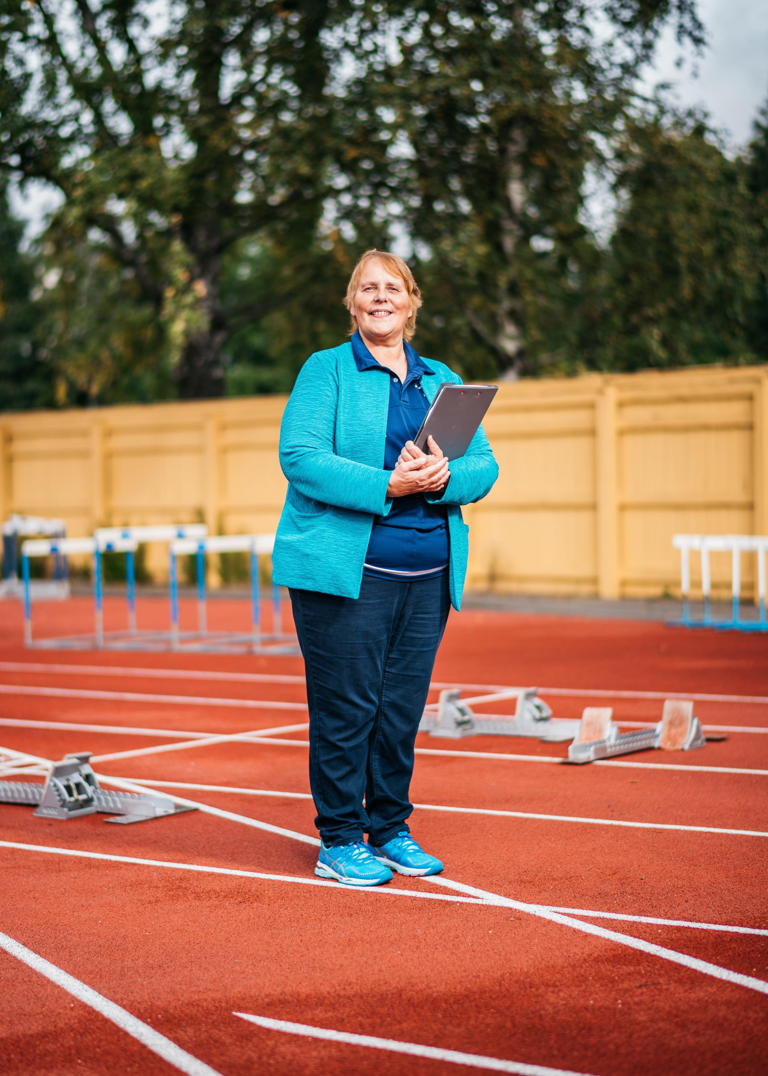 """Maarit Ovaska, 65, yleisurheilu:  """"Siitä on 37 vuotta, kun tulin mieheni ja tyttäreni kanssa Helsingin Kisa-Veikkojen toimintaan.  Vuosien aikana olen tehnyt monenlaista, vetänyt lastenleirejä, järjestänyt kilpailuja ja tapahtumia, rekrytoinut mukaan muita vapaaehtoisia ja toiminut seuran puheenjohtajanakin. Pelkästään palkatulla henkilöstöllä ei voisi järjestää laajaa toimintaa. Jotta voidaan esimerkiksi panna pystyyn urheilukisat sadoille lapsille, kentällä pitää olla vähintään 50–60 hengen vapaaehtoinen toimitsijajoukko. Kun Helsingissä järjestettiin yleisurheilun MM-kisat, kulisseissa ahkeroi tuhansia vapaaehtoisia. Mukana oli myös meitä Helsingin Kisa-Veikkojen aktiiveja.  Yhdessä tekeminen tarkoittaa minusta sitä, että sitoutuu itsekin tekemään, eikä ainoastaan teetä tehtäviä toisilla. Joissakin kisoissa olen toiminut tuomaristopäällikkönä, mutta minut on nähty myös kentällä mitan ja lanan varressa. Hiljattain katselin, kuinka neljän seuran yhteisessä ottelussa pienet lapset vilistivät pimenevän taivaan alla. He juoksivat 20 x 60 metrin viestiä ja kannustivat kiivaasti toisiaan. Yhteinen riemu muistutti minua siitä, miksi haluan olla seuratoiminnassa edelleen mukana."""""""