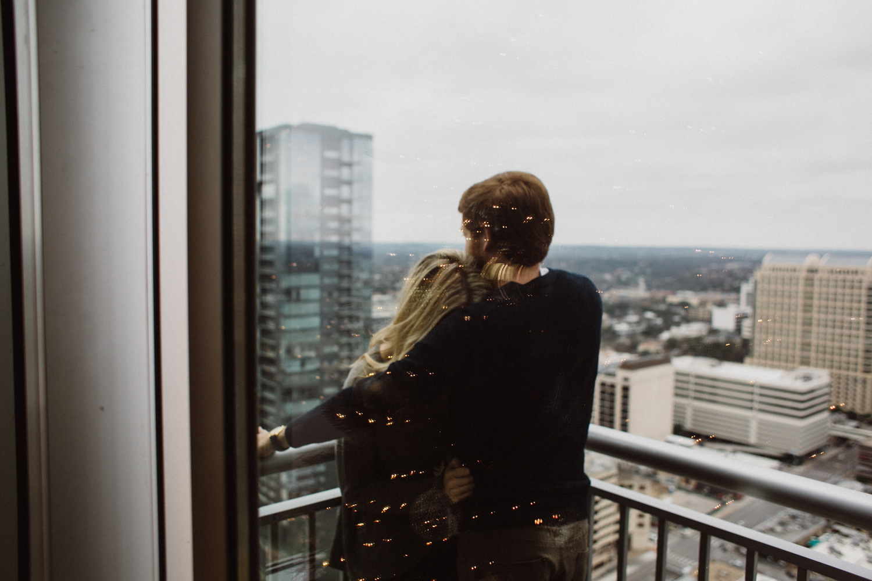 Couple on Balcony   Downtown Austin Texas   Lisa Woods Photography