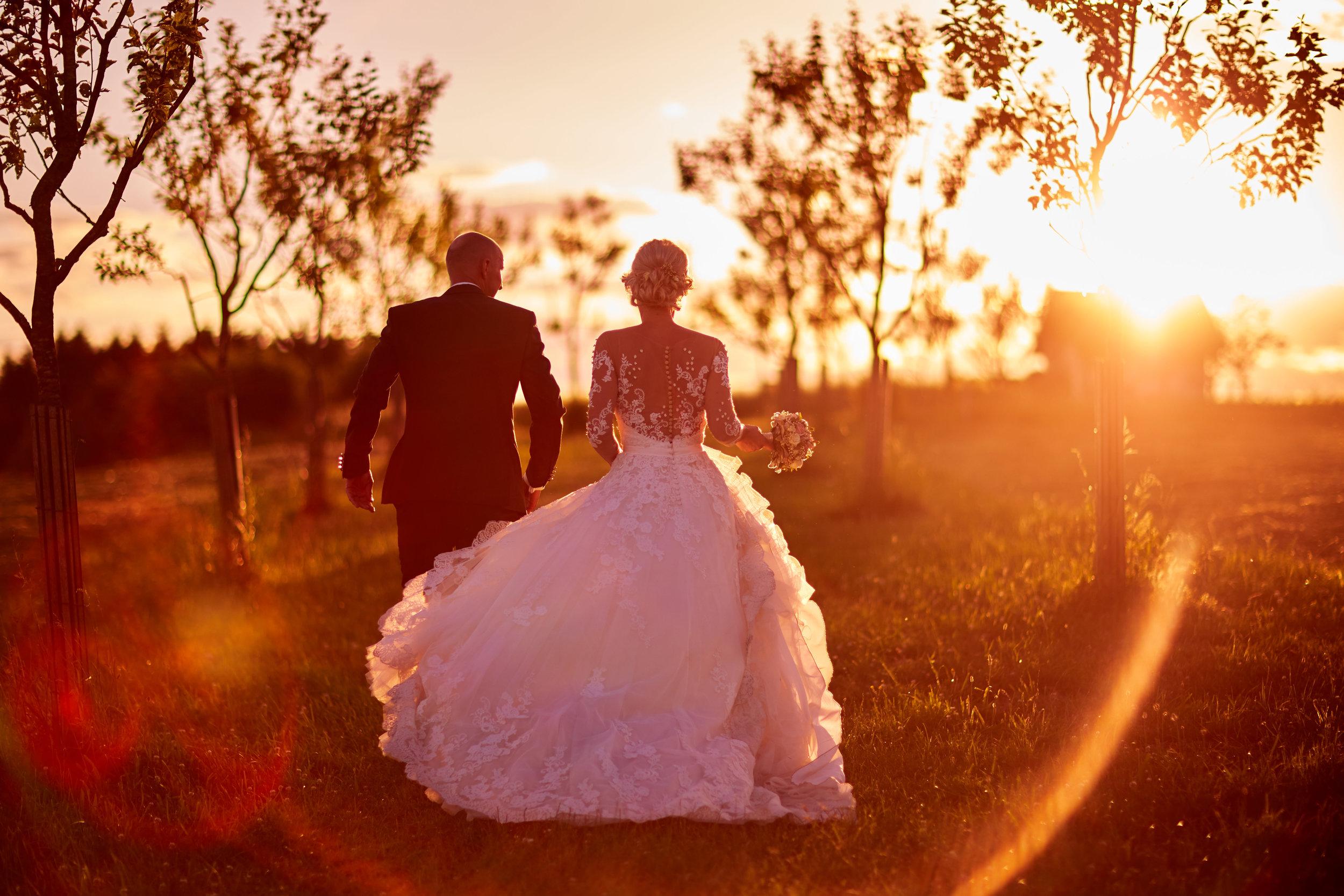 Hochzeitsfotografie mit Gegenlicht bei der Hoamat in Haibach