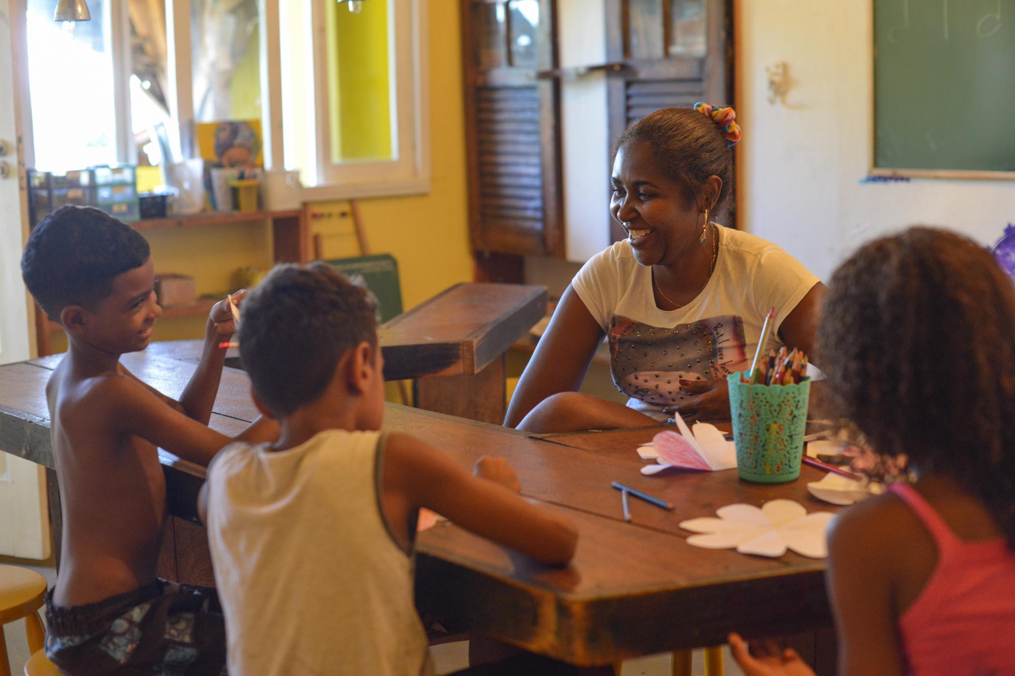 Joscelia Gonsalves dos Santos, Pedagoga e Educadora Infantil   Formada pela Unisuam, atua como professora de educação infantil na rede pública municipal de ensino. Moradora do Morro da Providência. O foco principal do meu trabalho na Casa Amarela é tentar melhorar o processo de aprendizagem dos pequenos através do reforço escolar. A intenção é potencializar as aprendizagens por meia das brincadeiras de forma lúdica interativa.