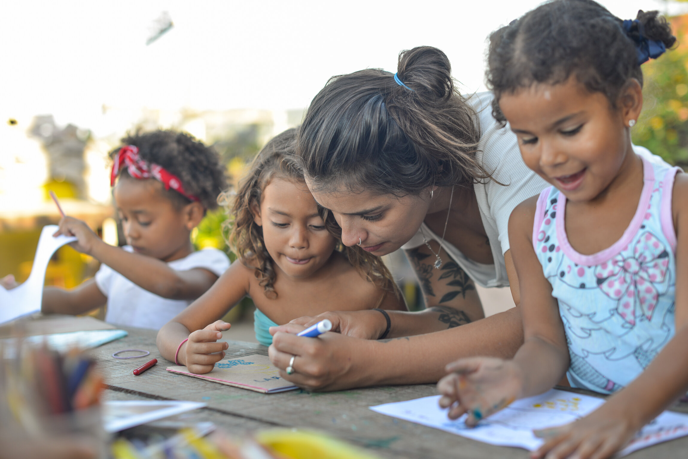 Caroline Lima - Arte   Caroline, a plastic artist and a newcomer to Rio de Janeiro, develops through painting, drawing and conversation, mini experimental projects on themes that stimulate children's imagination and awareness about the care of the world, their neighbors and themselves.