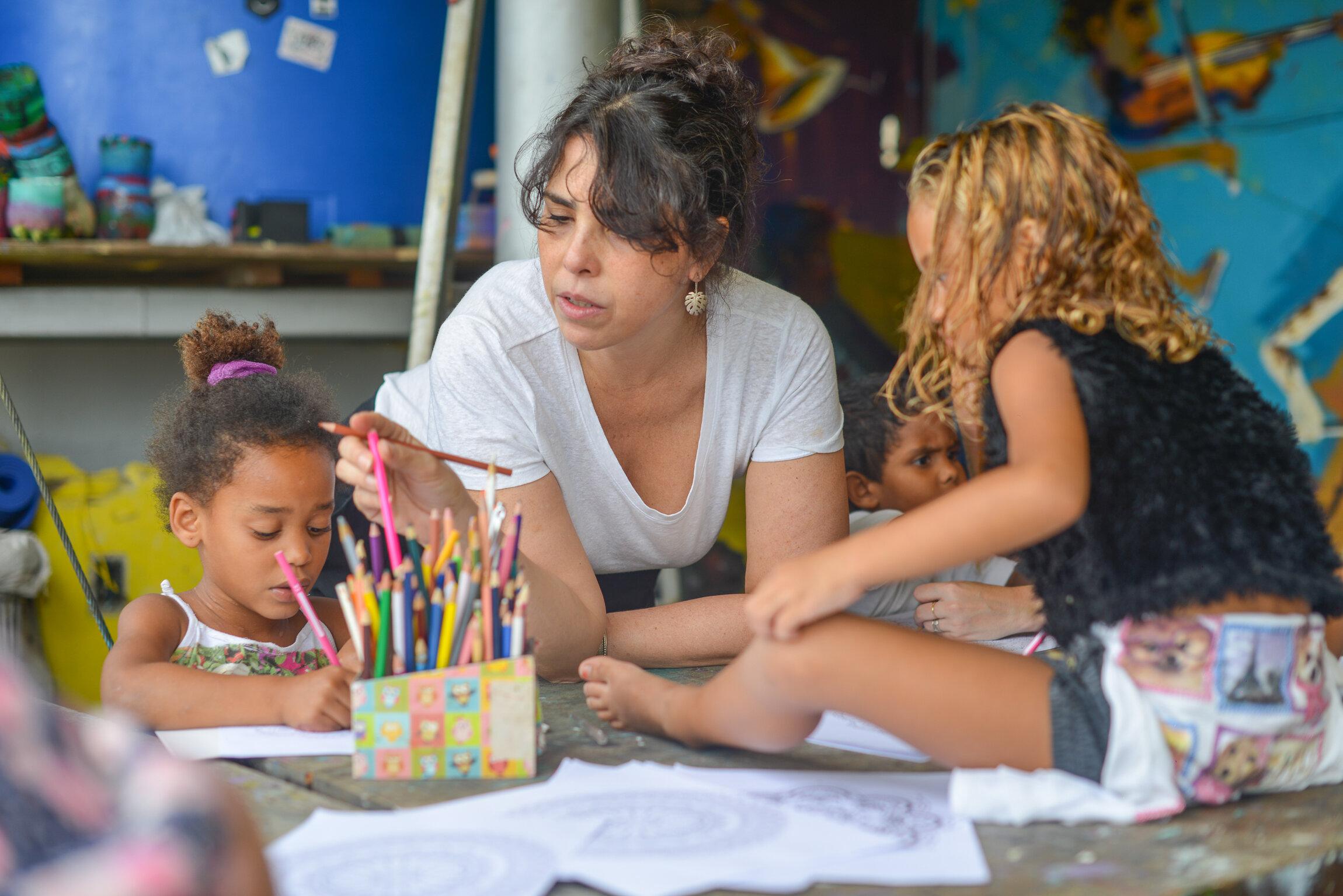 Maria Cecília Morais Pires - Psychologist   Mestre em psicologia clínica pela PUC-Rio, membro do Tempo Freudiano Associação Psicanalítica, com experiência em saúde mental infanto-juvenil na rede pública e em consultório particular.