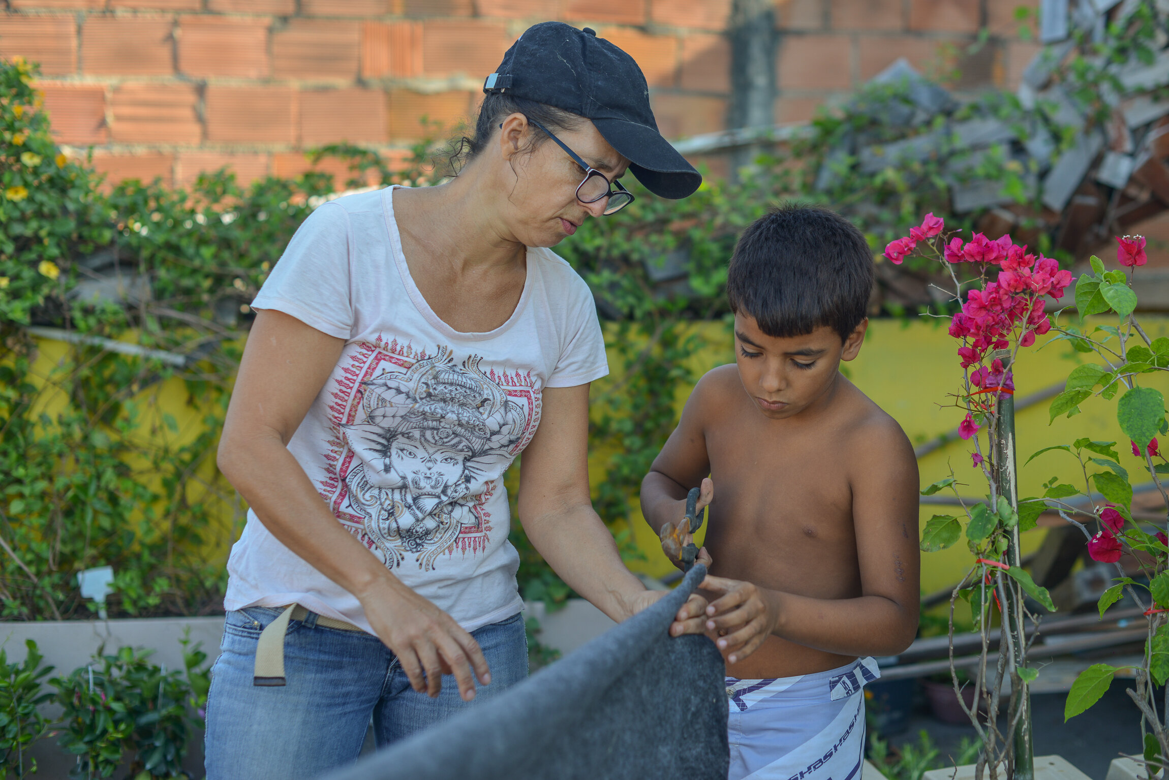 Alessandra Roque - Gardening   Alessandra Alves Roque. Professional in plants, nature and soil, herbalist and therapist. She has environmental projects for the good of the community of Providência.