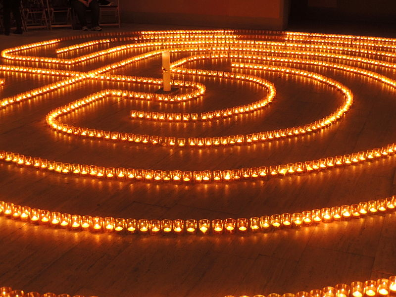 800px-Heilig_Kreuz_Kerzenlabyrinth_15122012_02.JPG