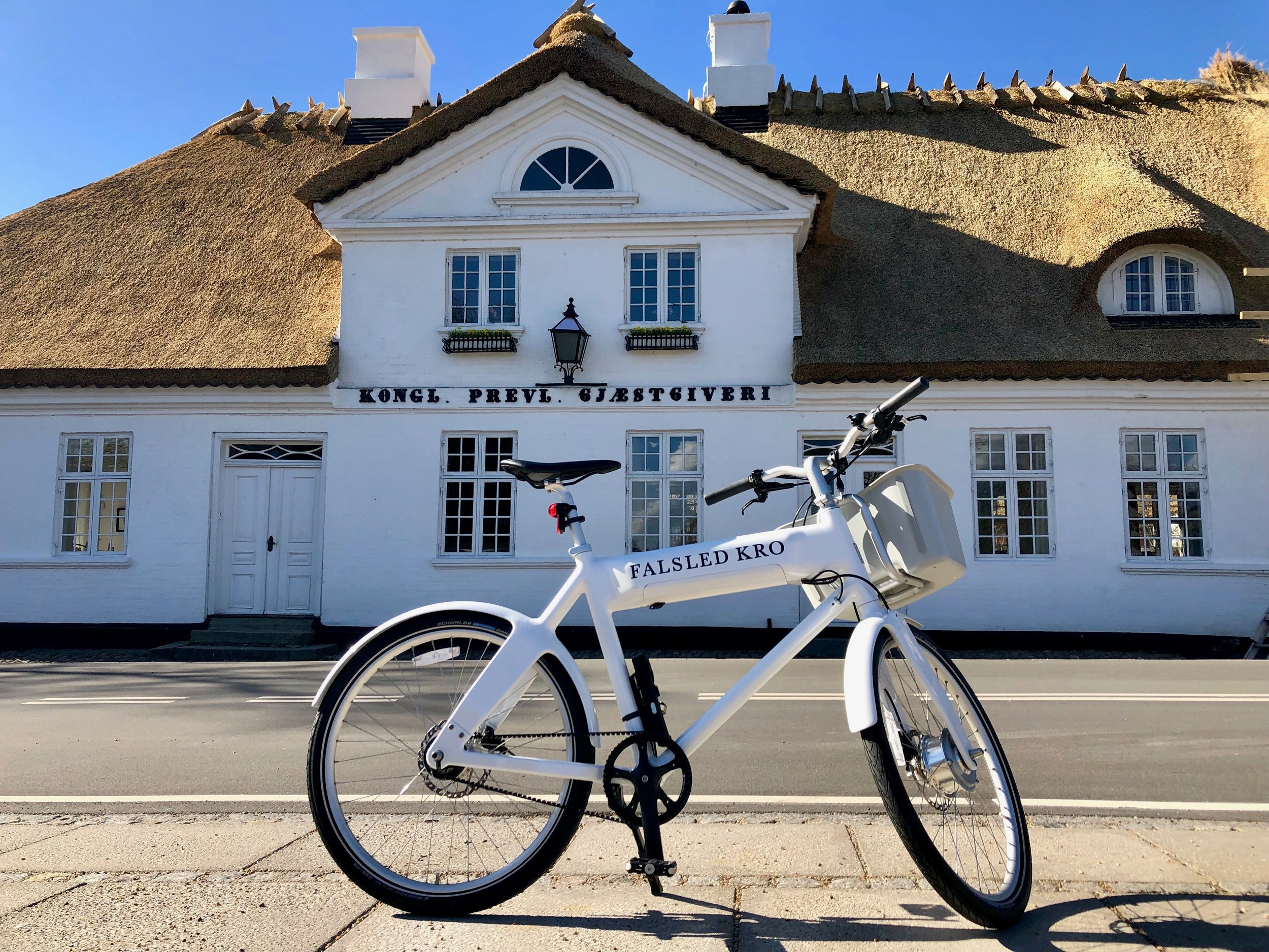 Cykel foran kroen.jpg
