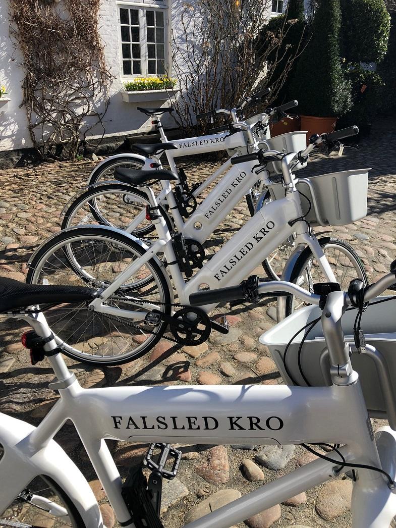Cykler i gårdhaven-red..jpg