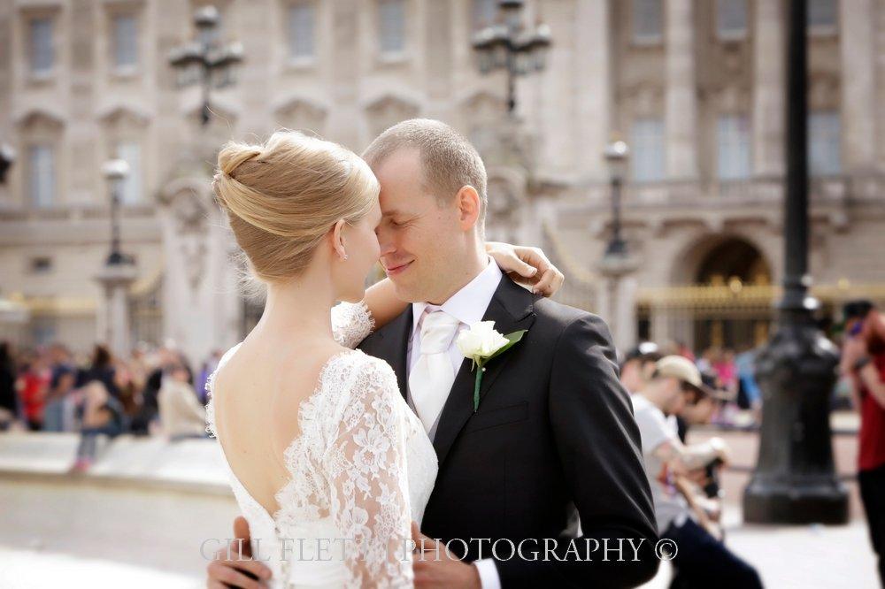 buckingham-palace-bride-groom-summer-wedding-gillflett-photo.jpg