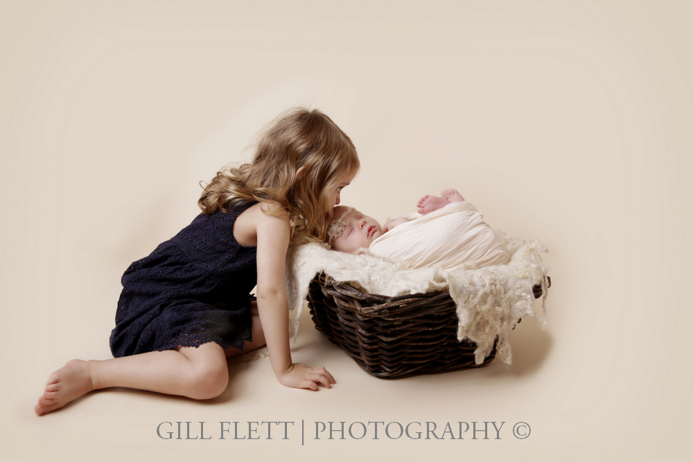 newborn-sibling-kissing-prop-gillflett-london.jpg
