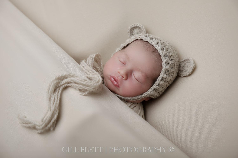 sleepy-pose-newborn-boy-hat-neutral-gillflett-photo-london_img_0004.jpg